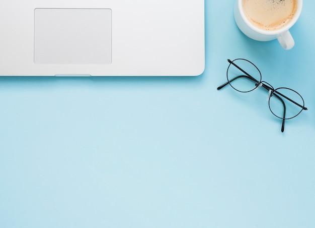 Disposizione piana della scrivania pulita con fondo blu