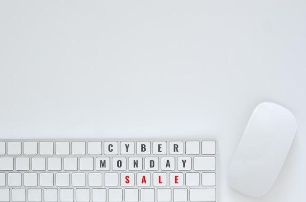 Disposizione piana della tastiera e del topo su fondo bianco per il concetto online di vendita di lunedì cyber.