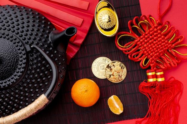 Disposizione piana della teiera e delle monete dorate nuovo anno cinese