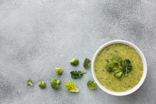 Disposizione piana della zuppa di broccoli laica con spazio di copia