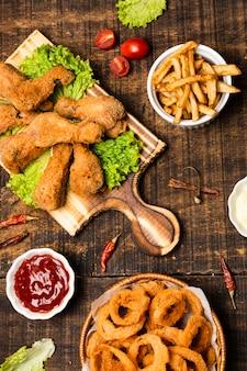 Disposizione piana delle bacchette fritte con le patate fritte
