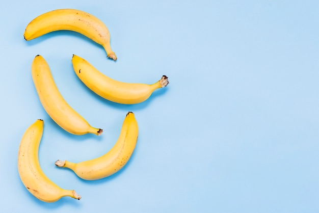 Disposizione piana delle banane dolci tropicali