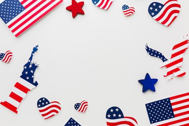 Disposizione piana delle bandiere americane e della statua della libertà per la festa dell'indipendenza