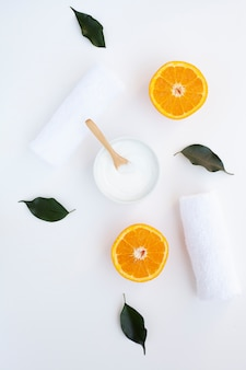 Disposizione piana delle fette crema e arancio su fondo bianco