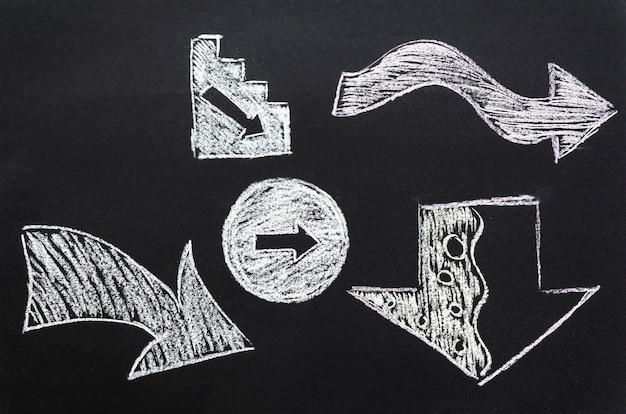Disposizione piana delle frecce disegnate con gesso