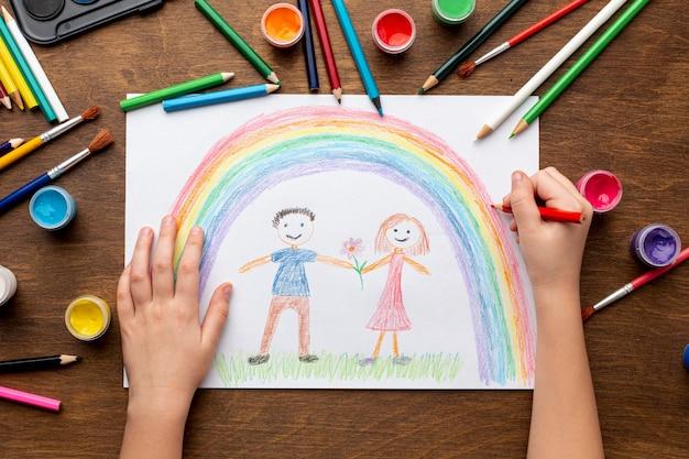 Disposizione piana delle mani che disegnano