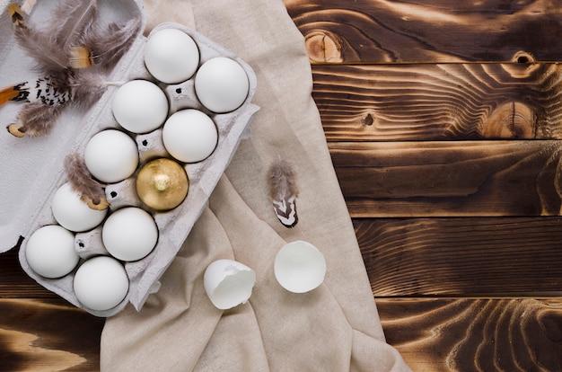 Disposizione piana delle uova di pasqua in cartone con lo spazio della copia