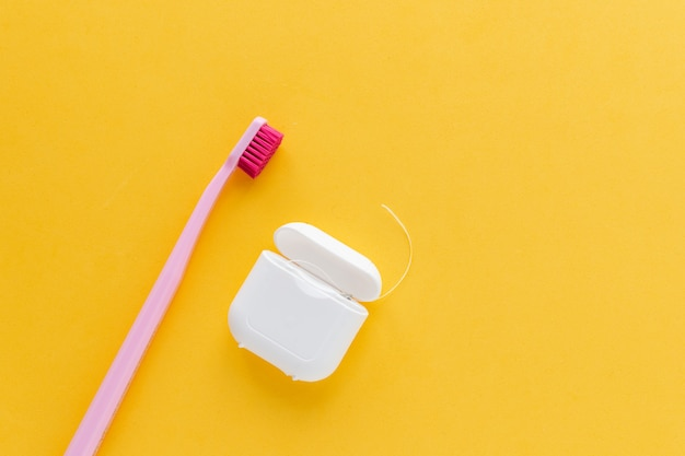 Disposizione piana dello spazzolino da denti dell'igiene dentale, vista superiore, copyspace, giallo