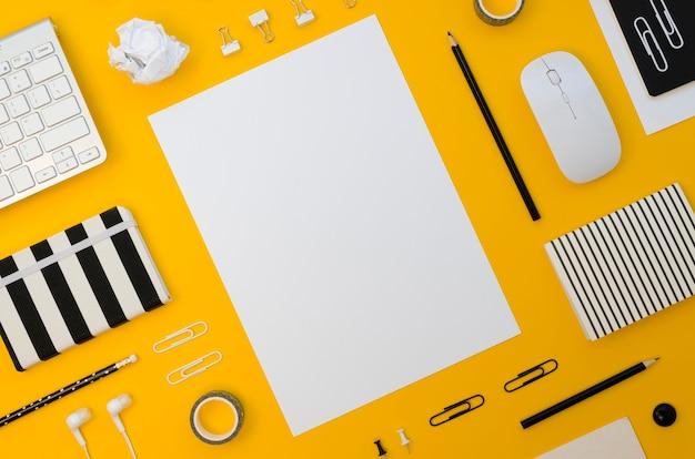 Disposizione piana di articoli per ufficio con mouse e cuffie