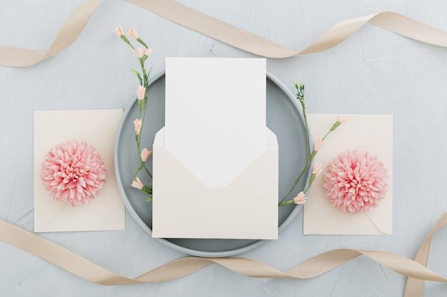 Disposizione piana di bello concetto di nozze con lo spazio della copia