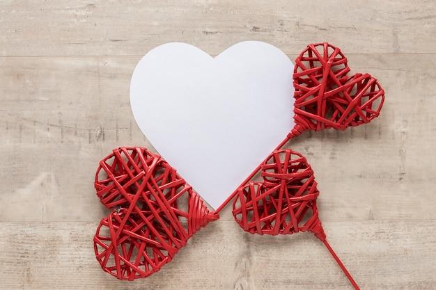Disposizione piana di carta a forma di cuore per san valentino