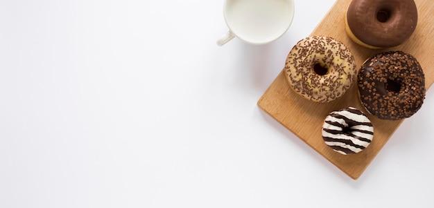 Disposizione piana di ciambelle con latte e copia spazio