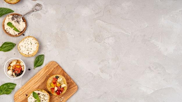 Disposizione piana di cibo delizioso su sfondo semplice con spazio di copia