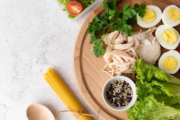 Disposizione piana di cibo delizioso sul piatto