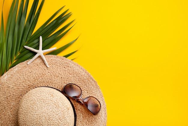 Disposizione piana di concetto di vacanze estive. vista dall'alto di accessori da spiaggia. spazio per il testo viaggio