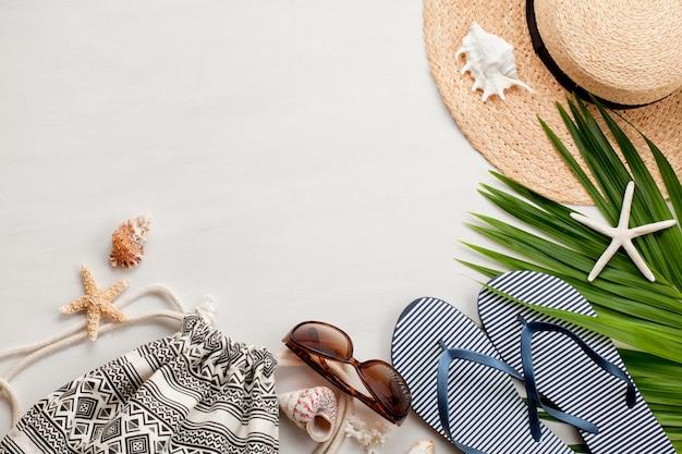 Disposizione piana di concetto di vacanze estive. vista dall'alto di accessori da spiaggia.