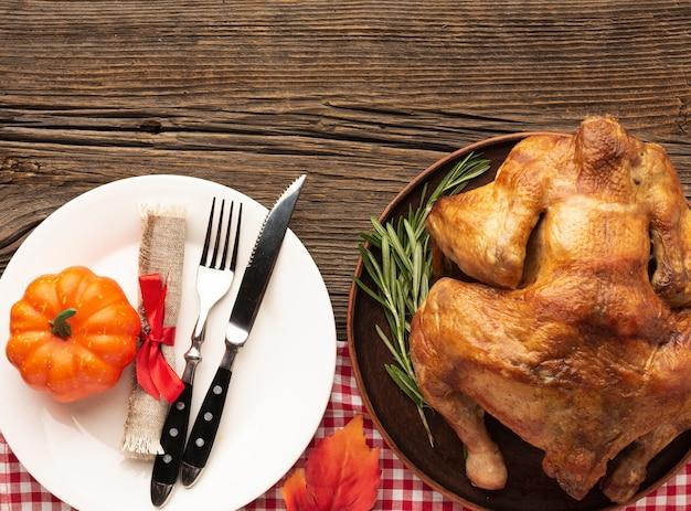 Disposizione piana di disposizione con il pasto delizioso su fondo di legno