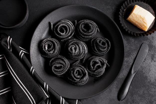 Disposizione piana di disposizione del cibo delizioso nero sul tavolo scuro