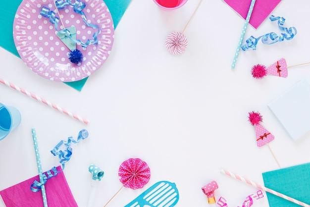 Disposizione piana di diversi oggetti di compleanno con spazio di copia