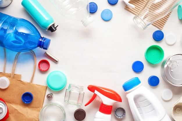 Disposizione piana di diversi rifiuti rifiuti pronti per il riciclaggio. plastica, vetro, carta, lattine