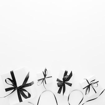 Disposizione piana di doni eleganti con spazio di copia