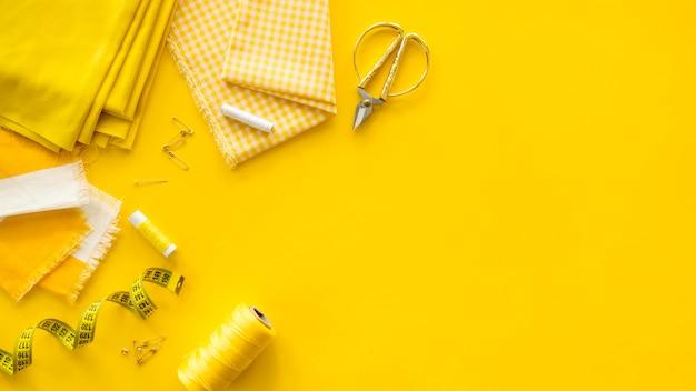 Disposizione piana di elementi essenziali per cucire con spazio di copia