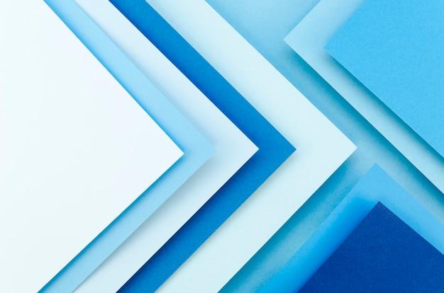 Disposizione piana di fogli di carta colorati che creano geometria