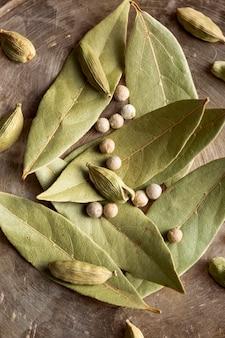 Disposizione piana di foglie di alloro e peperoni