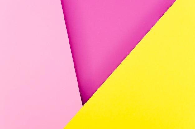 Disposizione piana di forme geometriche di carta colorata