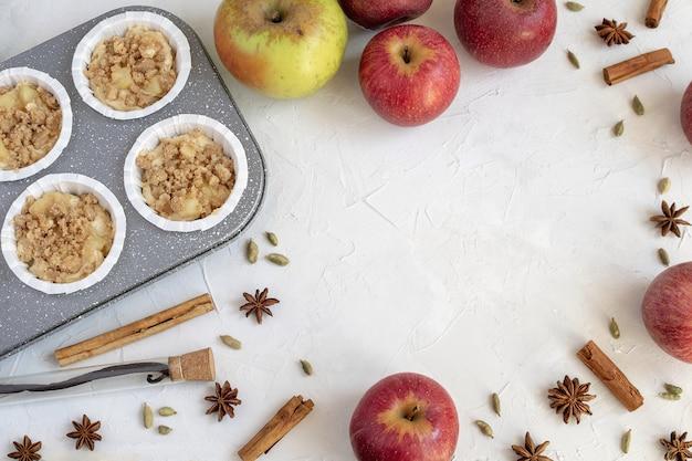 Disposizione piana di ingredienti per torta di mele o muffin, pasticceria autunnale.