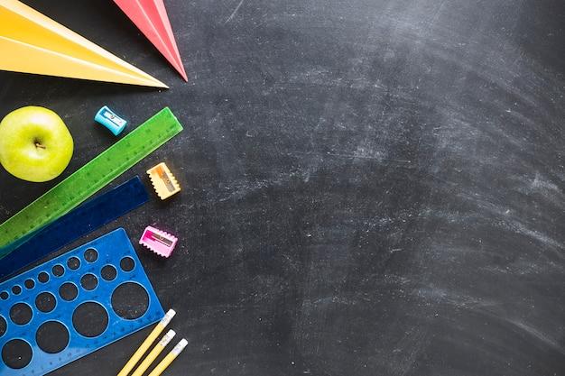 Disposizione piana di lavagna e materiale scolastico