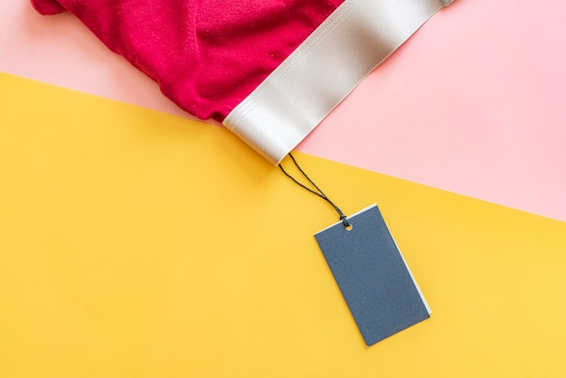 Disposizione piana di nuovi pantaloni rossi maschii della biancheria intima isolati con il prezzo da pagare in bianco sul fondo creativo f di colore