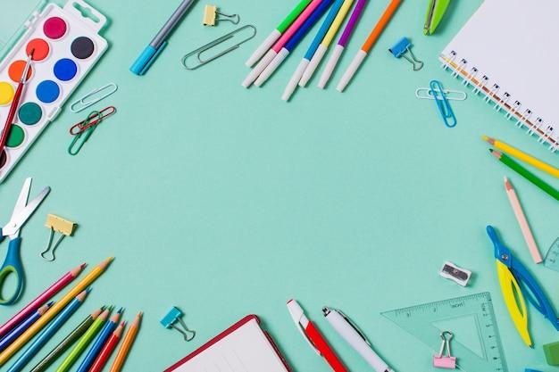 Disposizione piana di nuovo al concetto della scuola con lo spazio della copia