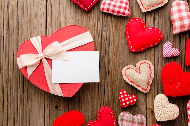 Disposizione piana di ornamenti di san valentino con presente