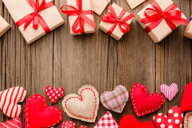 Disposizione piana di ornamenti di san valentino con regali