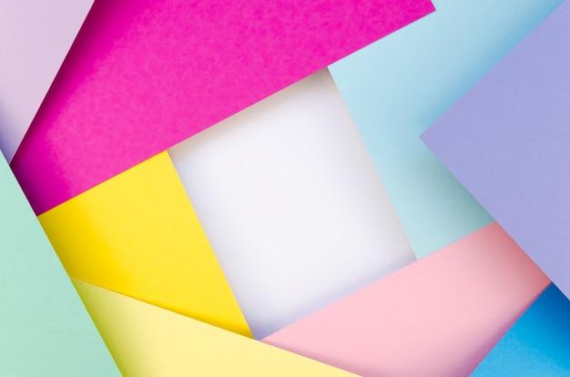 Disposizione piana di ritagli di carta geometrica colorata
