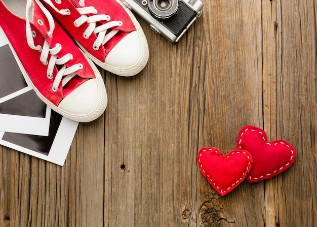 Disposizione piana di scarpe e ornamenti di san valentino