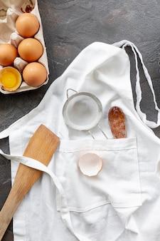 Disposizione piana di uova e utensili da cucina