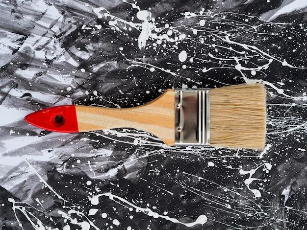 Disposizione piana di vernice e pennello