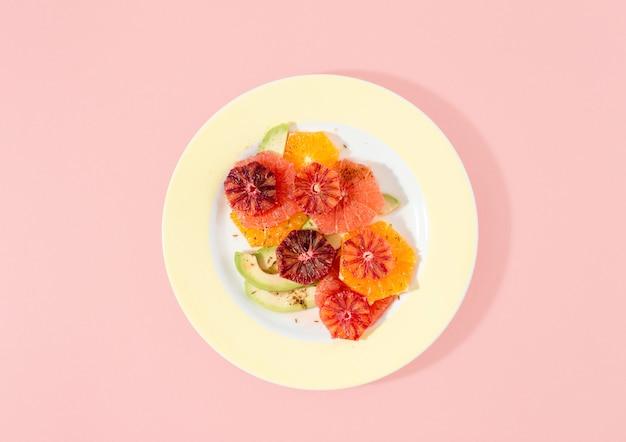 Disposizione piana di vista superiore dell'insalata di vitamine della frutta di estate