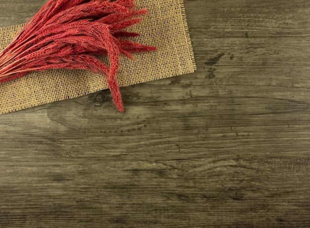 Disposizione piana, segale rossa di vista superiore su fondo di legno con lo spazio della copia