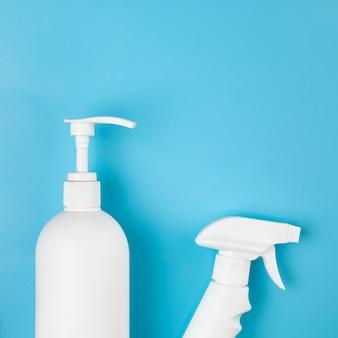 Disposizione piatta con bombolette spray e sapone