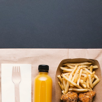 Disposizione piatta con cibo e acqua