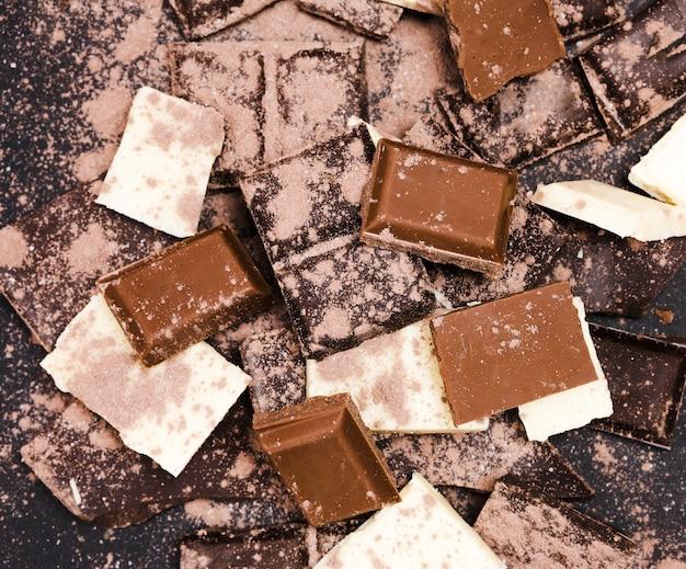 Disposizione piatta con cioccolato ricoperto di cacao in polvere