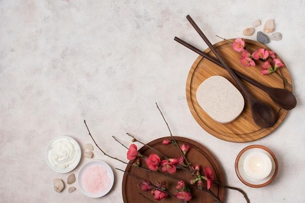 Disposizione piatta con cucchiai di legno e copia-spazio