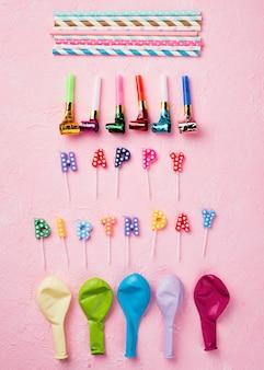 Disposizione piatta con decorazioni di compleanno