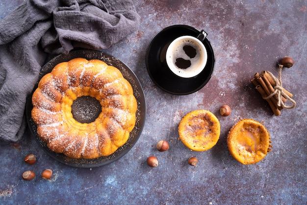 Disposizione piatta con deliziosa torta e tazza di caffè