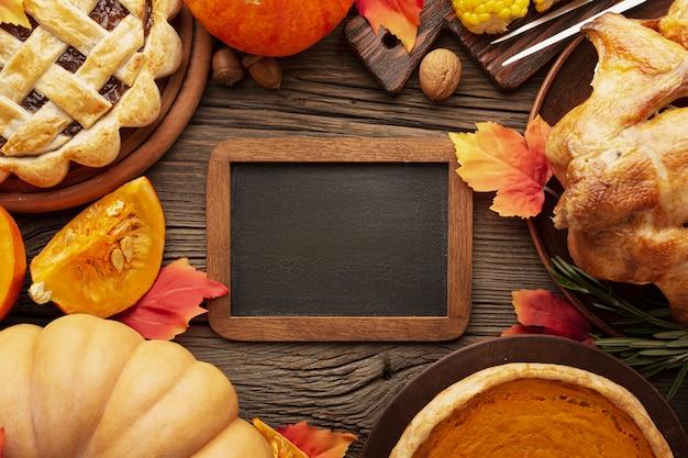 Disposizione piatta con delizioso cibo e cornice per il ringraziamento