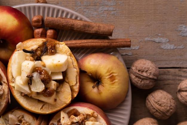 Disposizione piatta con mele e bastoncini di cannella