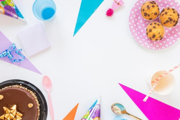 Disposizione piatta con oggetti di compleanno e spazio di copia